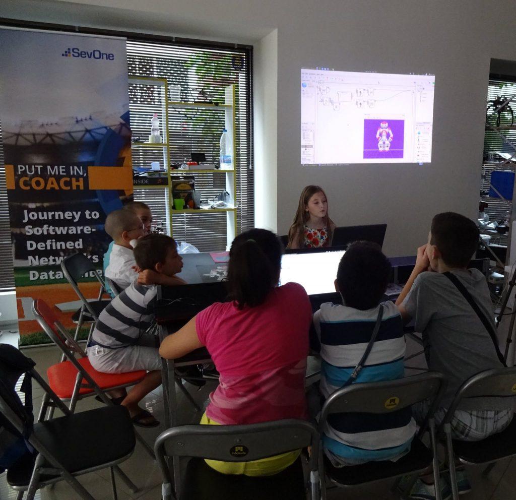 Катя Прончева преподава на децата.